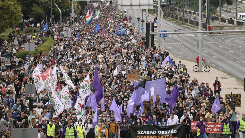 В Будапеште тысячи венгров вышли на акцию за свободу прессы: фото