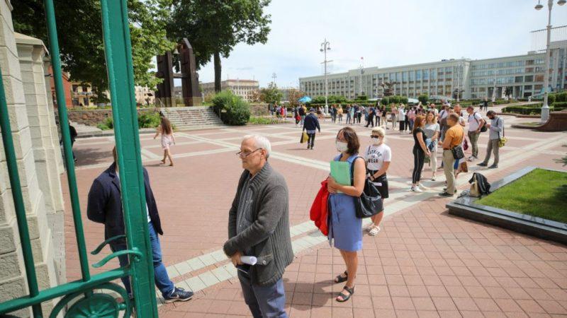 В Минске задерживали людей, которые пришли жаловаться в ЦИК: фото, видео