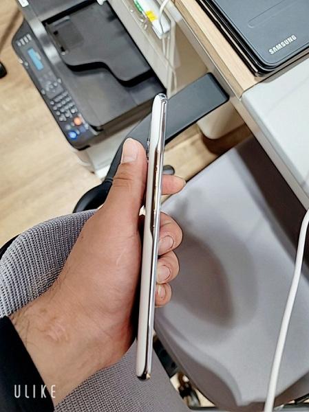 Оригинальный дизайн сзади, и ничего нового спереди. LG Q92 позирует на живых фото