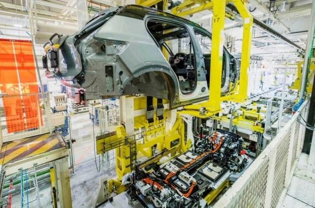 Предприятие Volvo Car Gent (VCG) — второй завод Volvo за пределами Швеции. Он открылся в 1965 году и до 2007-го назывался Volvo Cars Europe Industry. В прошлом году с конвейра VCG сошли 206 225 автомобилей - это модели XC40 и V60.