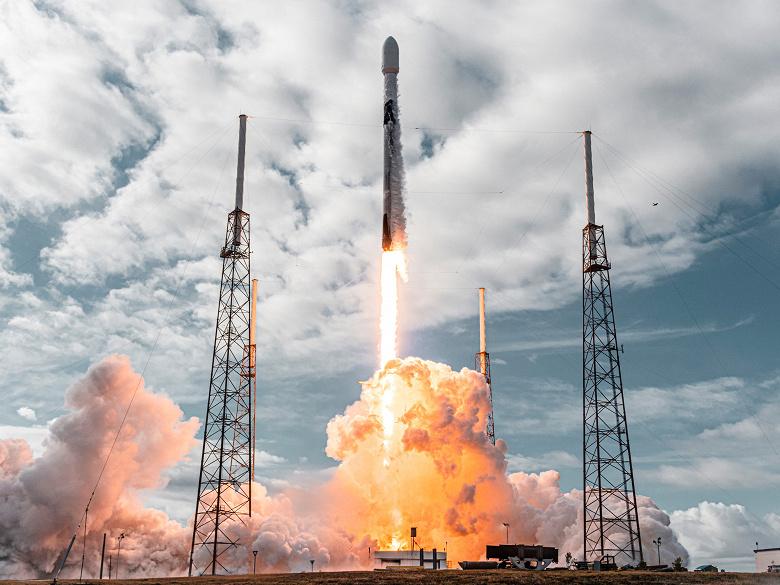 SpaceX совершила исторический запуск и вывела на орбиту рекордное количество спутников с помощью одной ракеты-носителя Falcon 9