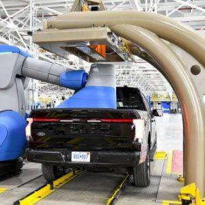 Ford запустил в производство электрический пикап